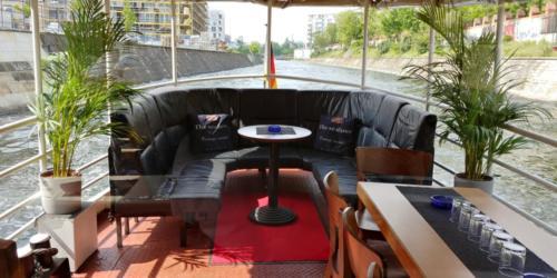 Chill-Lounge unter Palmen auf der Spree