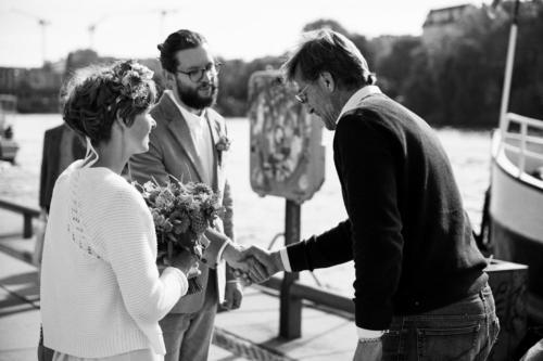 Die Crew gratuliert dem Brautpaar